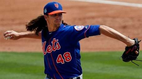 New York Mets starting pitcher Jacob deGrom works
