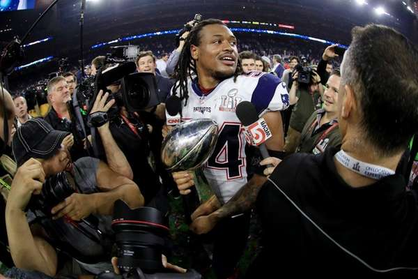 Dont'a Hightower of the New England Patriots holds