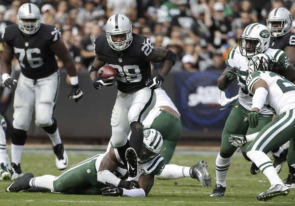 Oakland Raiders running back Latavius Murrayruns against the