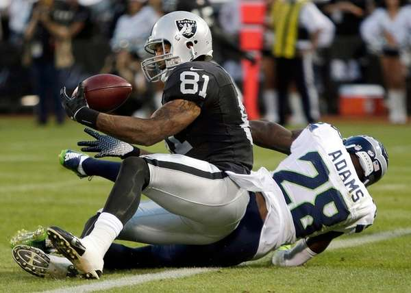 Oakland Raiders tight end Mychal Rivera catches a 20-yard