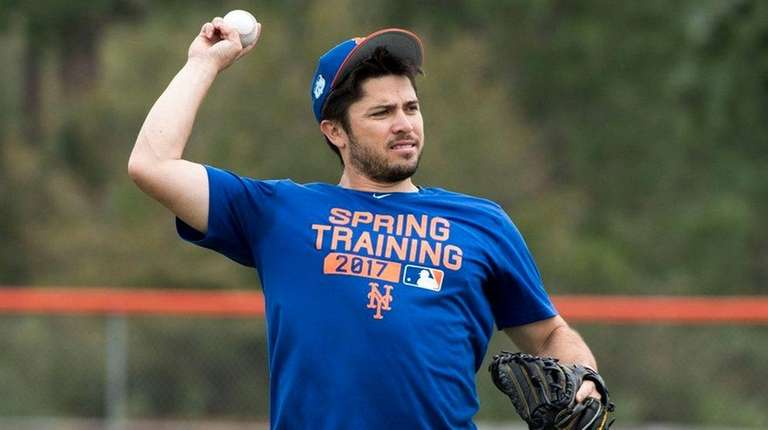 Mets catcher Travis d'Arnaud throws during a