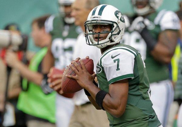New York Jets quarterback Geno Smith warms up