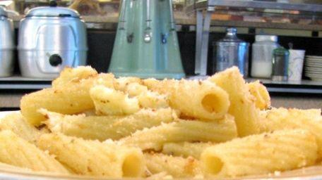 Pasta a la mama (rigatoni with cauliflower, breadcrumbs