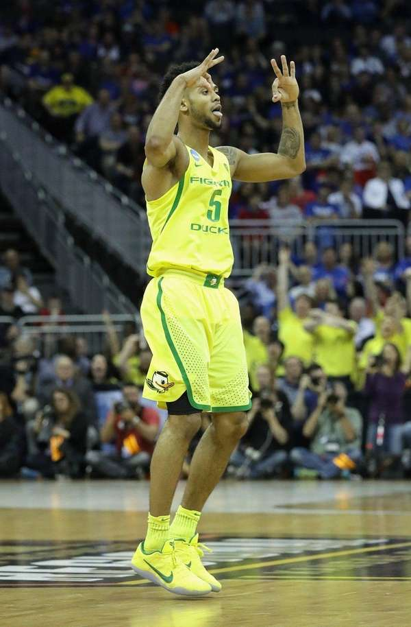 Oregon's Tyler Dorsey scored 20 points in 69-68
