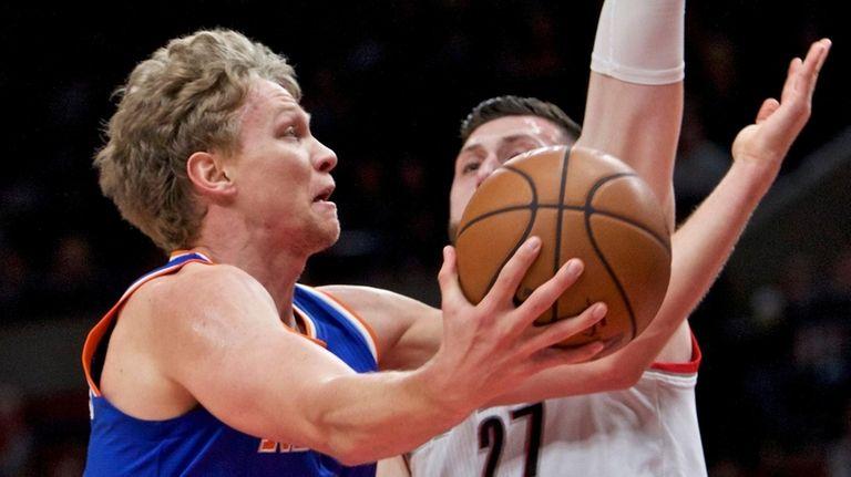 New York Knicks forward Mindaugas Kuzminskas, left, prepares