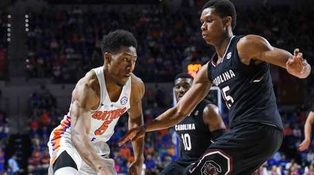 Florida's KeVaughn Allen (5) dribbles past South Carolina's