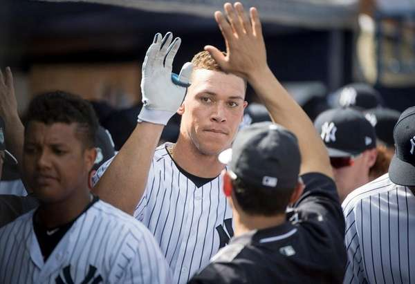 Aaron Judge gets high-fives in Yankees' dugout after