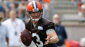 Cleveland Browns quarterback Josh McCown drops back to