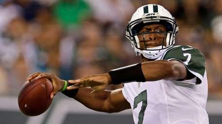 New York Jets quarterback Geno Smith (7) passes during
