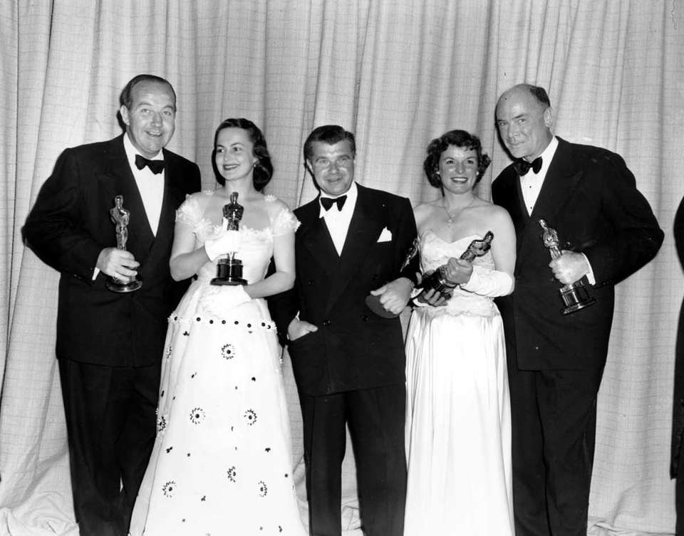 Oscar winners pose with their statuettes at the