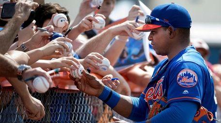 New York Mets Yoenis' Cespedes signs autographs, Sunday,