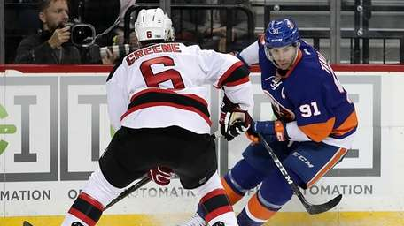New York Islanders center John Tavares (91) moves