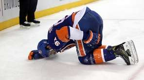New York Islanders center John Tavares (91) hold