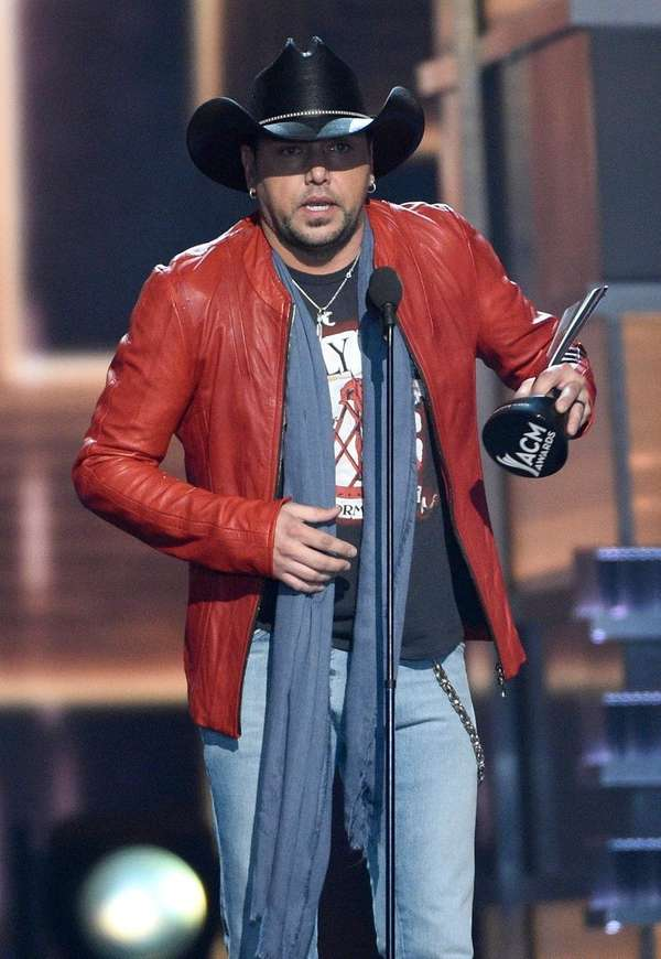 Jason Aldean accepts the prize for entertainer of