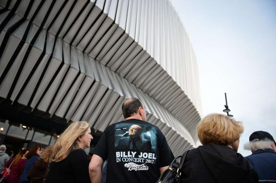 Fans file in for Billy Joel's concert at
