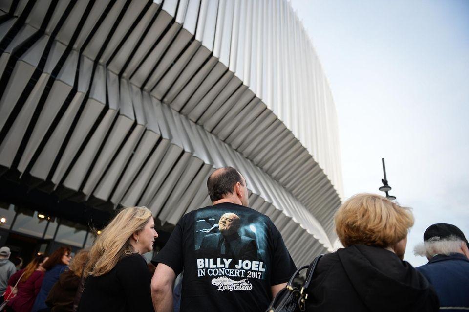 Fans file in for Billy Joel's concert at