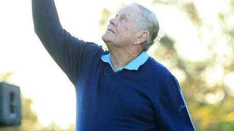 Honorary starter Jack Nicklaus holds up his hat