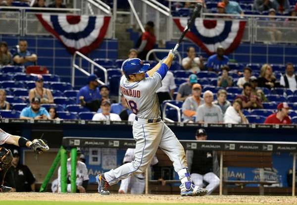 New York Mets' Travis d'Arnaud hits a solo
