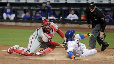 Mets' Yoenis Cespedes is tagged out at home