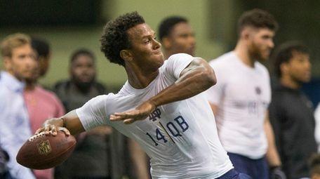 Quarterback DeShone Kizer passes during Notre Dame football