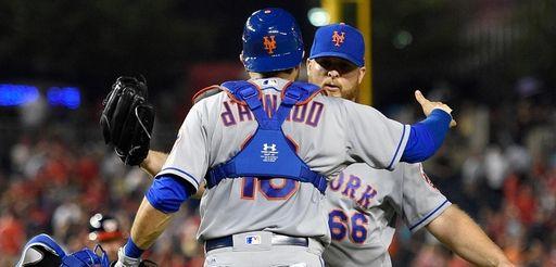 New York Mets catcher Travis d'Arnaud (18) and