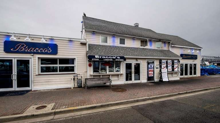 Bracco's Clam and Oyster Bar in Freeport on
