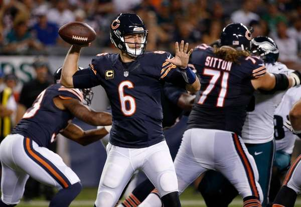 Bears quarterback Jay Cutler passes against the Eagles
