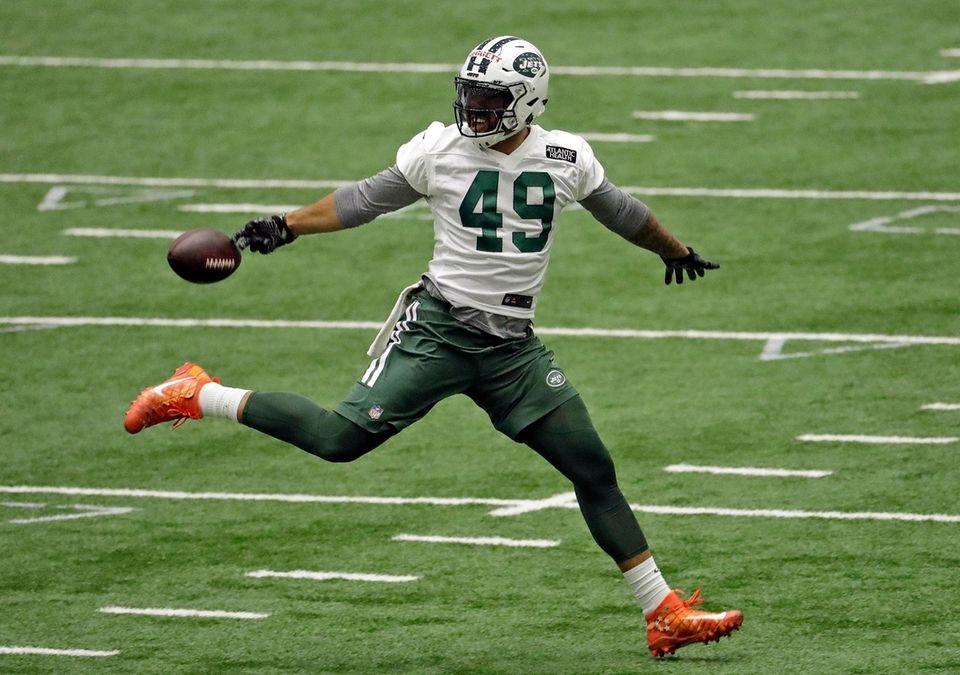 New York Jets' Jordan Leggett tries to catch