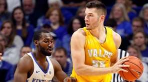 Kentucky's Dominique Hawkins, left, defends Valparaiso's Alec Peters