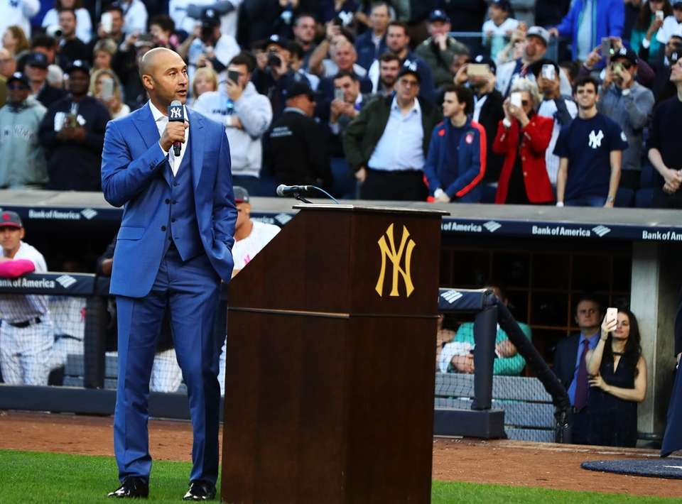 Derek Jeter addresses the crowd during the retirement