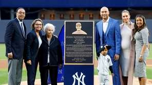 Derek Jeter and his family pose for a