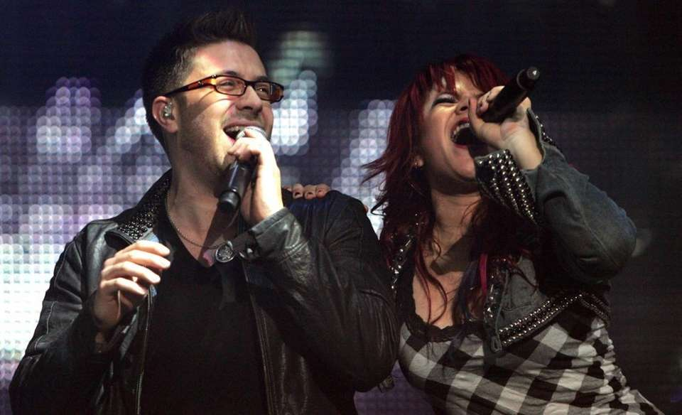 Danny Gokey and Allison Iraheta perform along with