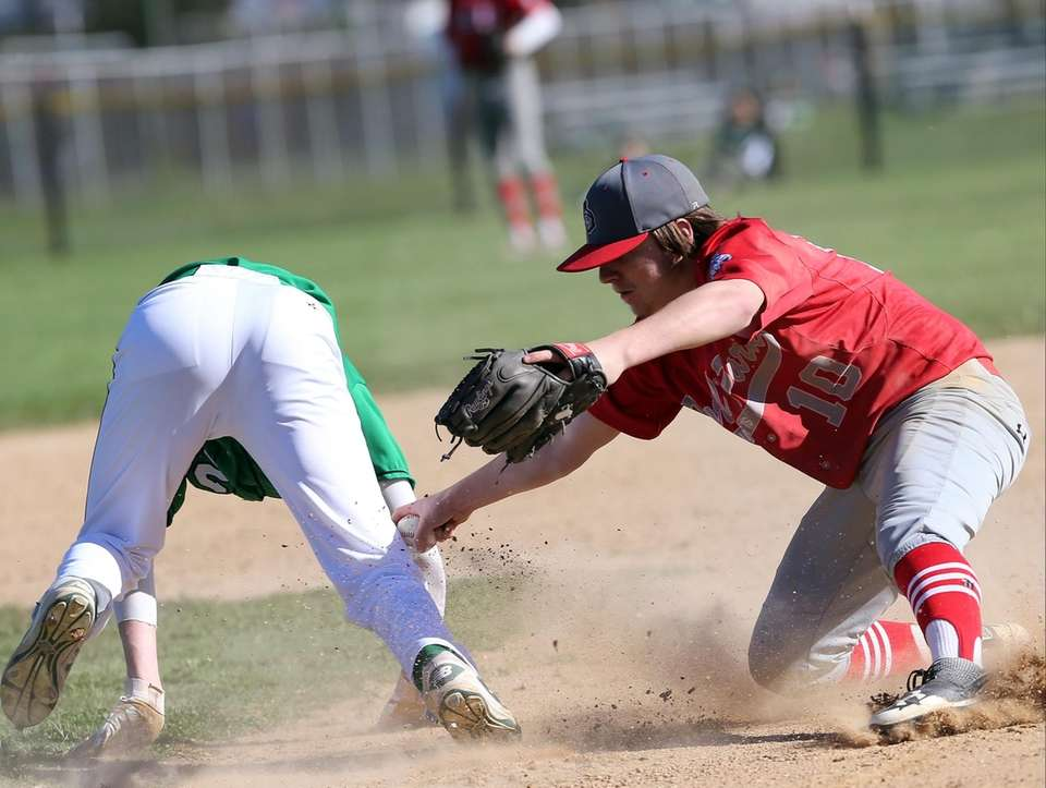 Floral Park's Chris Leary tags out Seaford's Carter