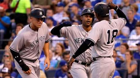 The Yankees' Aaron Hicks, center, is congratulated by