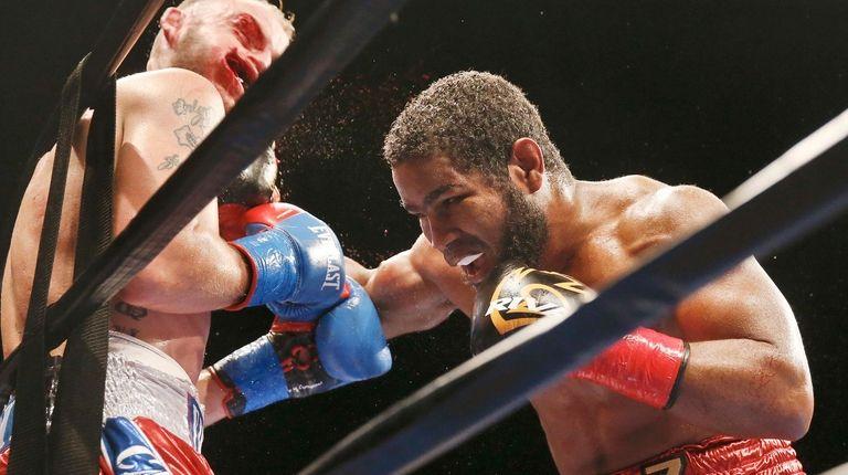 Felix Diaz, right, punches Sammy Vasquez during a