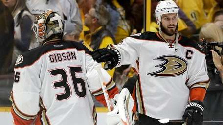 Anaheim Ducks center Ryan Getzlaf (15) congratulates goalie
