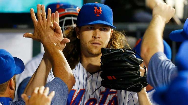 Jacob deGrom gets high-fives all around after pitching