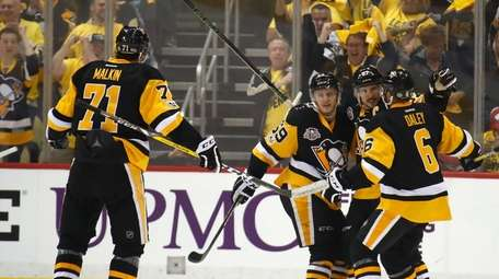 Sidney Crosby #87 of the Pittsburgh Penguins celebrates
