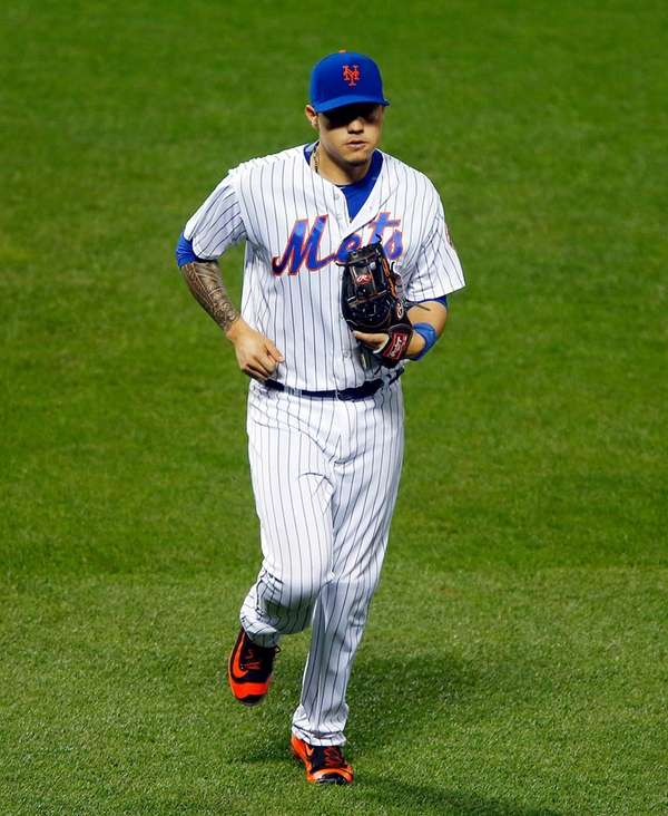 Wilmer Flores of the New York Mets runs