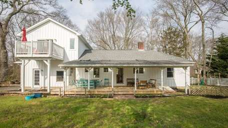 This 1,400-square-foot expanded ranch in Southold features a