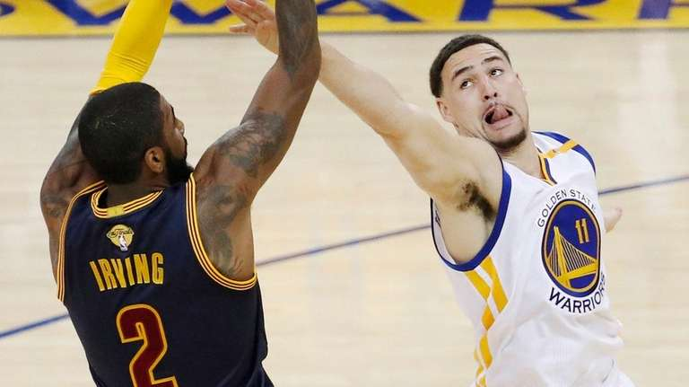 Golden State Warriors guard Klay Thompson tries to