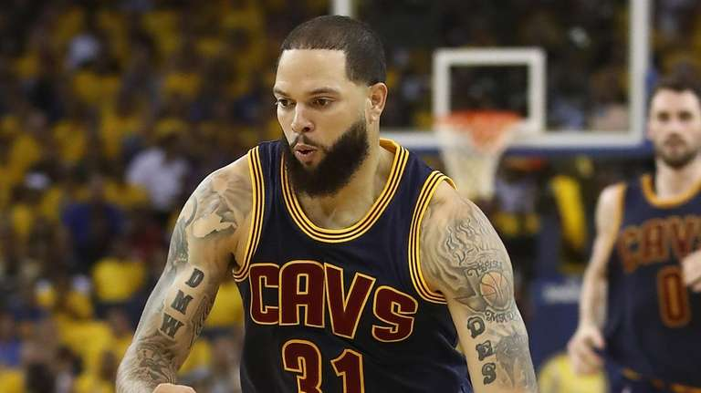 Deron Williams #31 of the Cleveland Cavaliers handles
