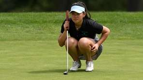 Jericho's Emilie Guo lines up her putt on