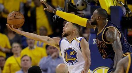 Warriors' Stephen Curry shoots against Cavaliers' LeBron