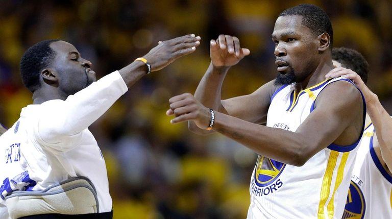 Golden State Warriors forward Kevin Durant, center, celebrates