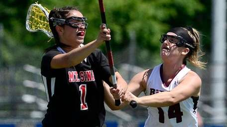 Mount Sinai's Rayna Sabella, left, passes the ball