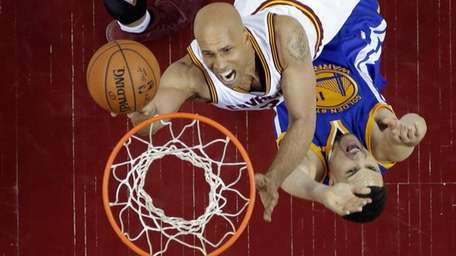 Cleveland Cavaliers forward Richard Jefferson (24) drives on