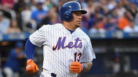 New York Mets shortstop Asdrubal Cabrera rounds the