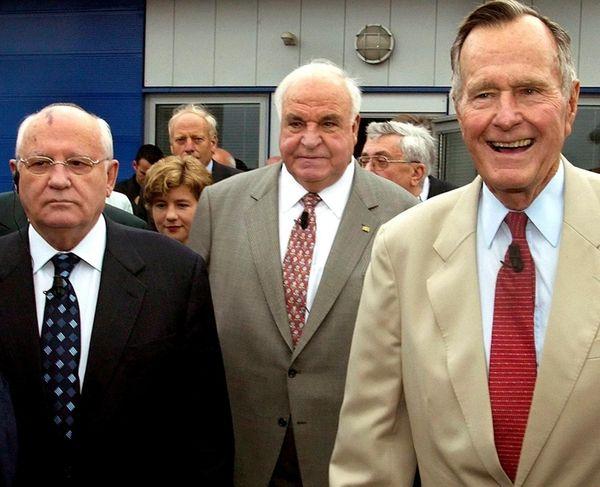 Former German Chancellor Helmut Kohl, center, former Soviet
