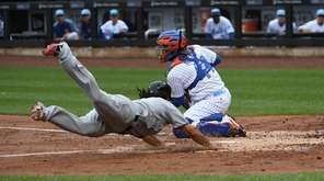 New York Mets catcher Rene Rivera catches a